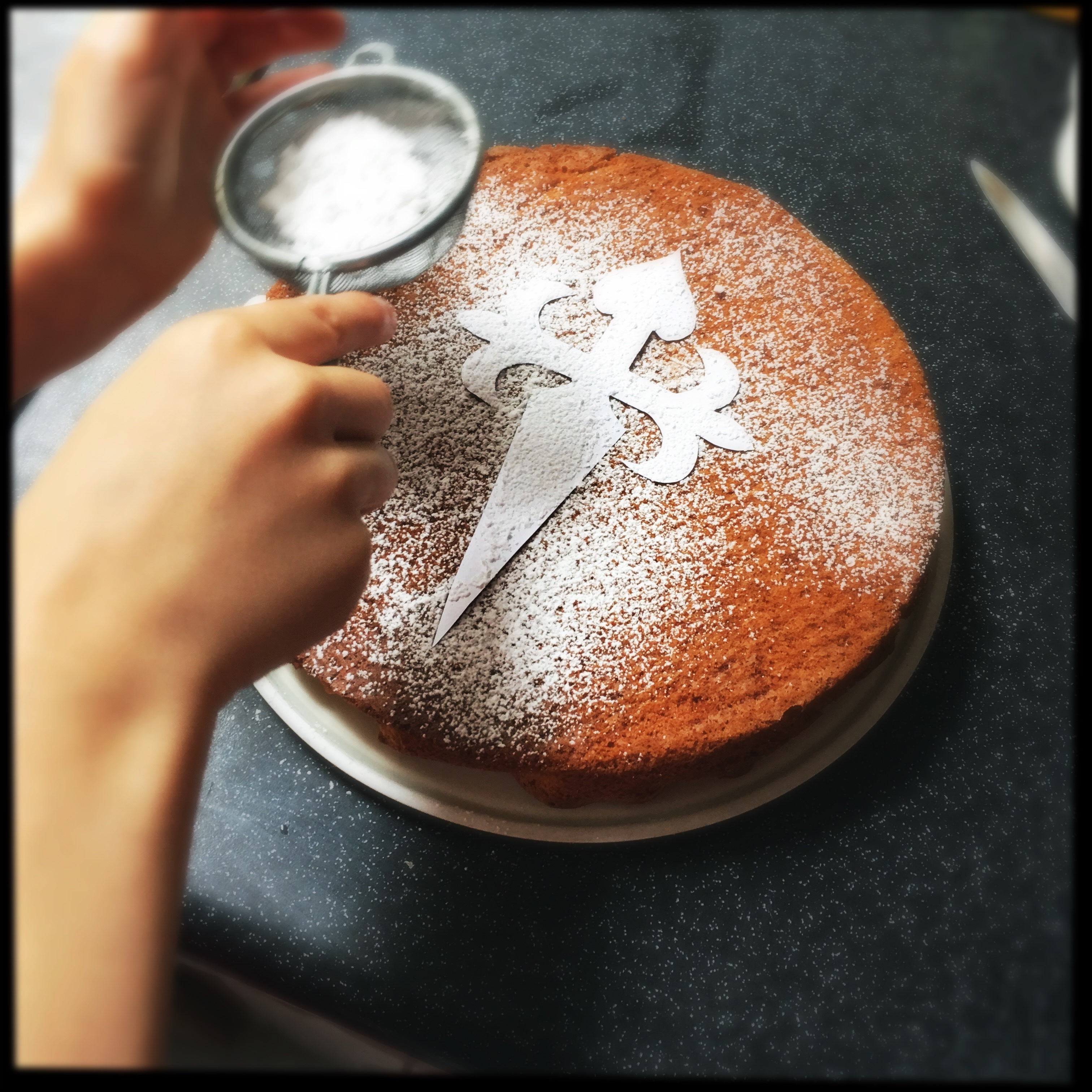 youngling dusting the tarta de santiago